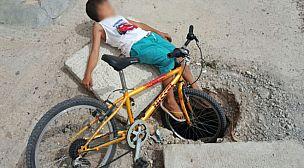 سقوط طفل في حفرة  بالجديدة يخلف استياء الساكنة وغضبهم على السلطات + صور