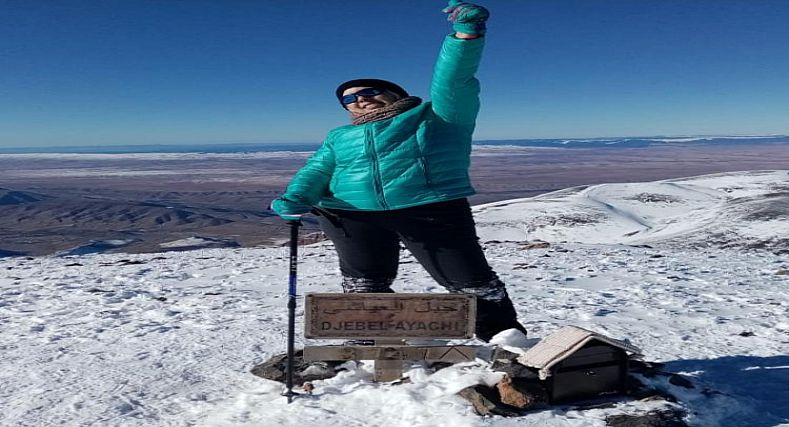 نساء إنزكان يتألقن : عائشة نجاح ثاني مغربية تصعد قمة جبل العياشي في فترة التساقطات
