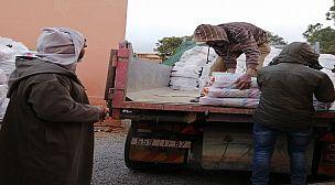 """استمرار تزويد الاسر المعوزة بـ""""أيت الرخا"""" بالمساعدات الغذائية ..والسلطة المحلية تضع معايير صارمة لتوزيعها ."""