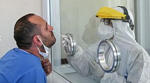 عمال المقاهي ومحلات الحلاقة والموظفين يستعدون لإجراء اختبارات كورونا.