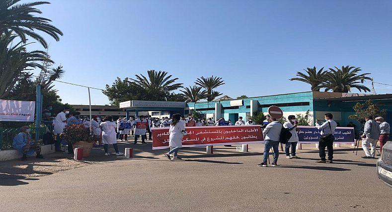 أكادير… استمرار الاحتقان بمستشفى الحسن الثاني ووقفة احتجاجية للأطباء الداخليين+ صور