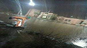 صورة مضحكة توضح ضعف البنية التحتية باسني بعد الامطار الاخيرة التي شهدتها المملكة.