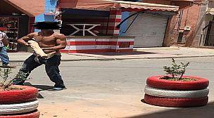 مختلون عقليا يهددون المواطنين والممتلكات بقلعة السراغنة – فيديو –