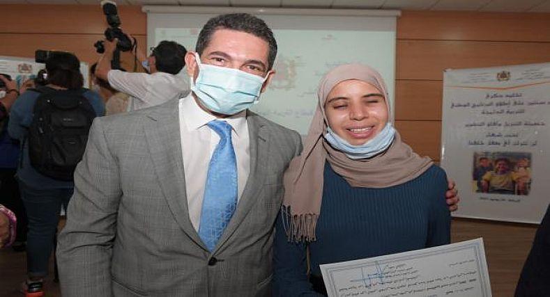 أمزازي يستقبل التلميذة زكية محمدي المتصدرة لنتائج البكالوريا على الصعيد الوطني
