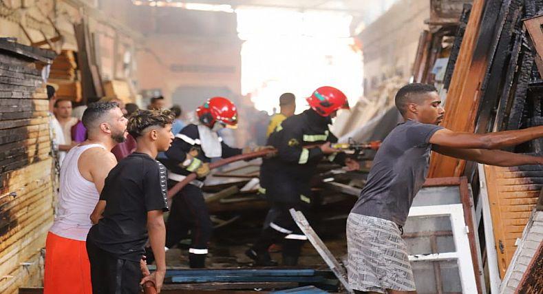 بالصور … خسائر مادية فادحة سببها الحريق المندلع بسوق باب الخميس مراكش.