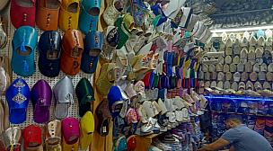 """متعددة أشكالها عريق تاريخها.. """"البلغة والشربيل"""" نعال تقليدية مغربية يلبسها الفقير والأمير وتحضر في الأعياد والمراسيم"""